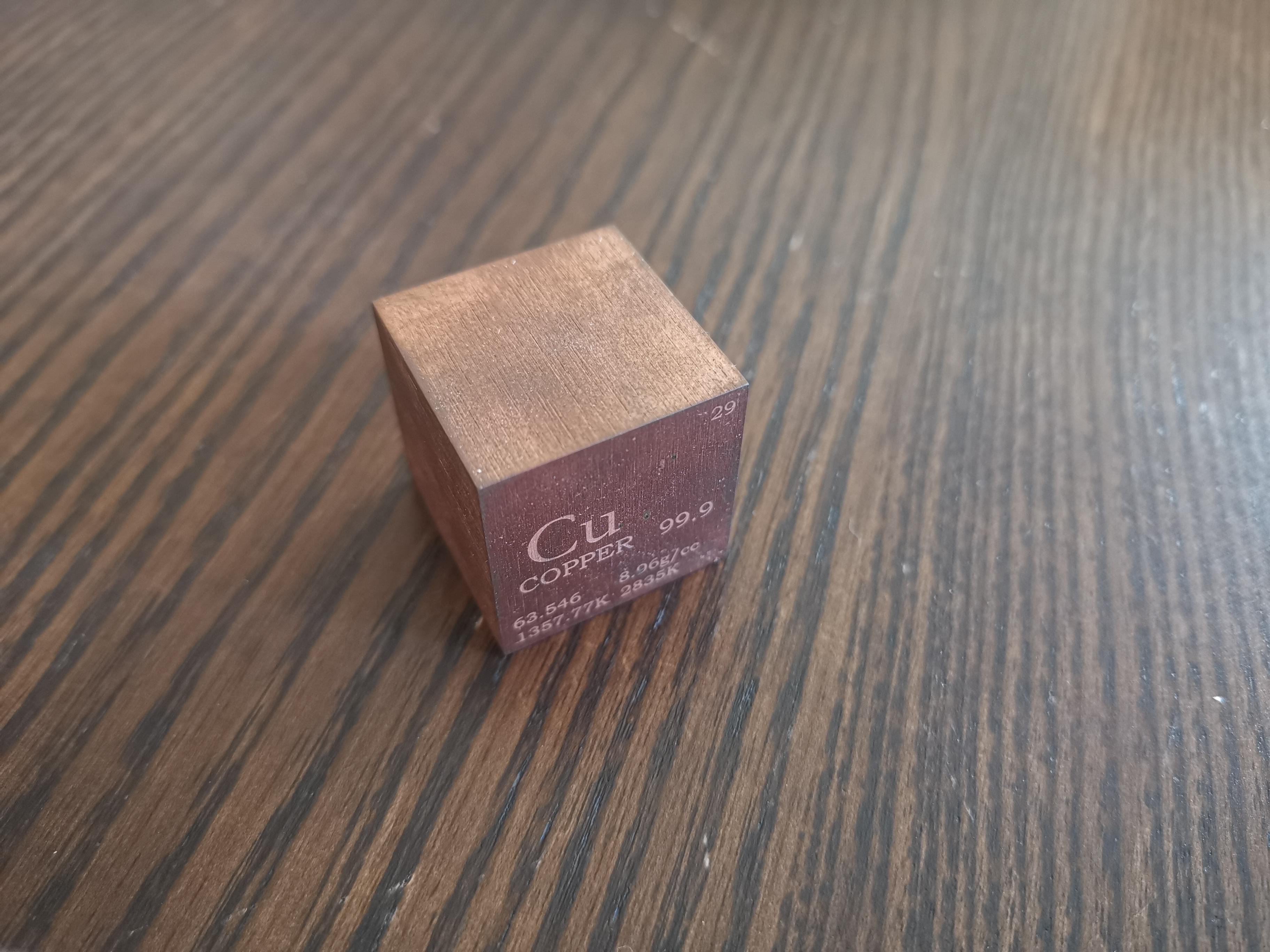 Le cube montre des signes d'altération par le temps et l'humidité en s'oxydant légèrement et en se patinant