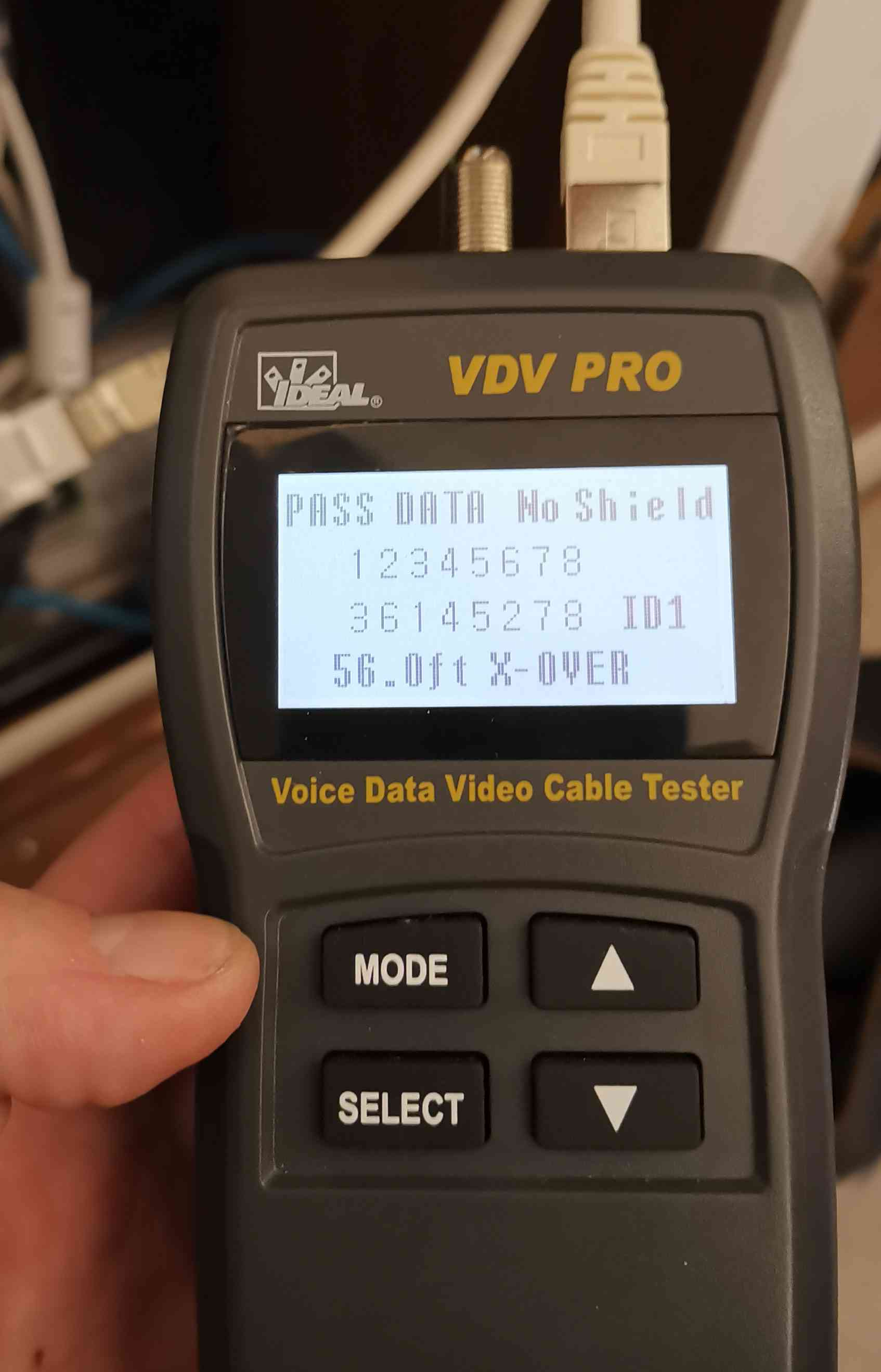 Un testeur de câble indique que l'ordre des fils ne correspond pas.
