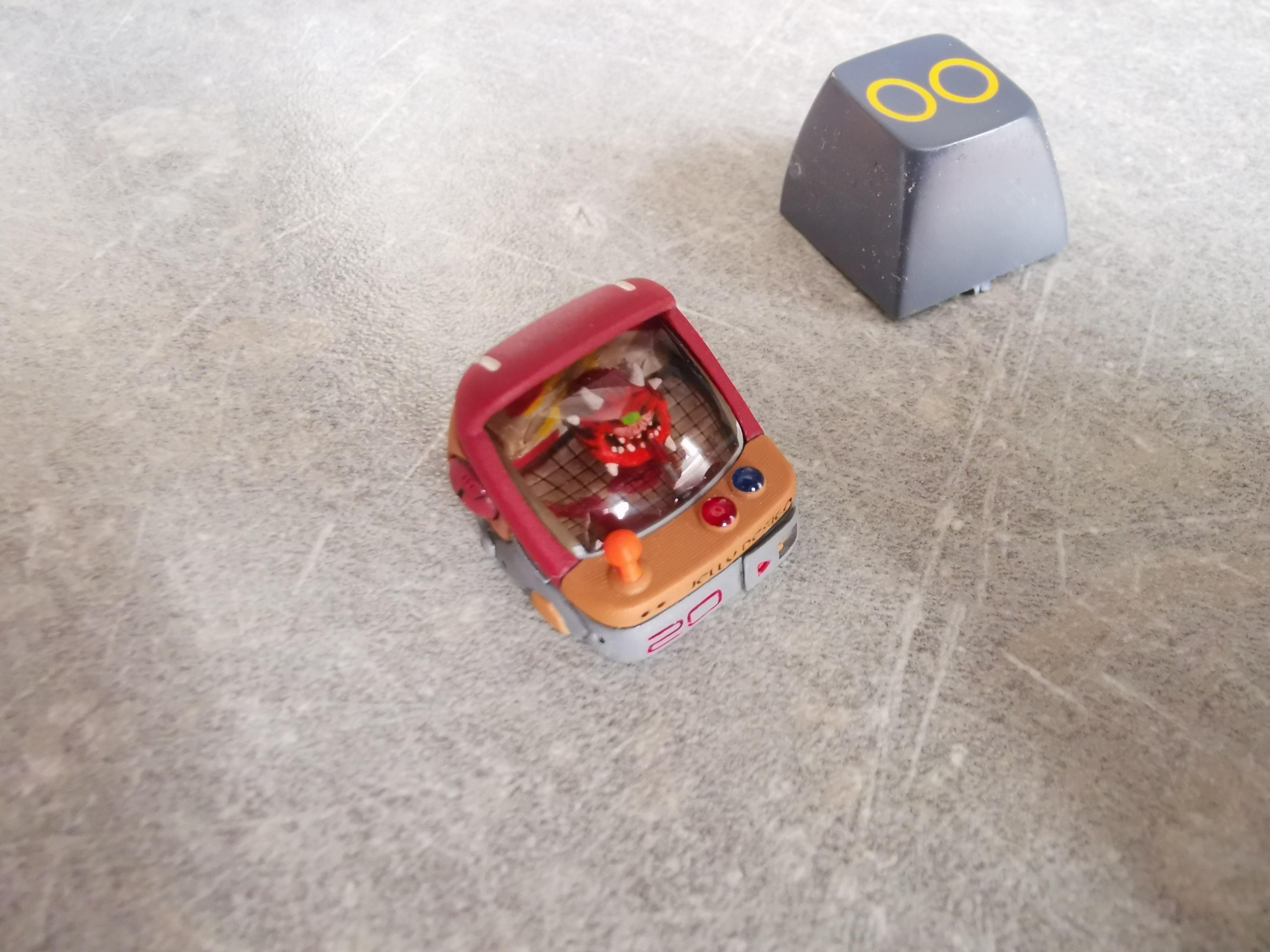La nouvelle touche en forme de borne d'arcade avec l'ancienne touche classique qu'elle remplace