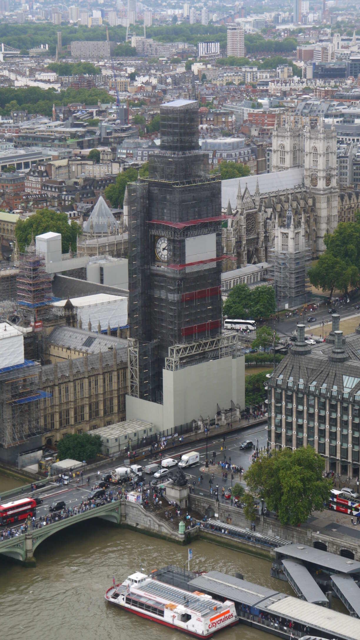Big Ben complètement recouvert d'échafaudage