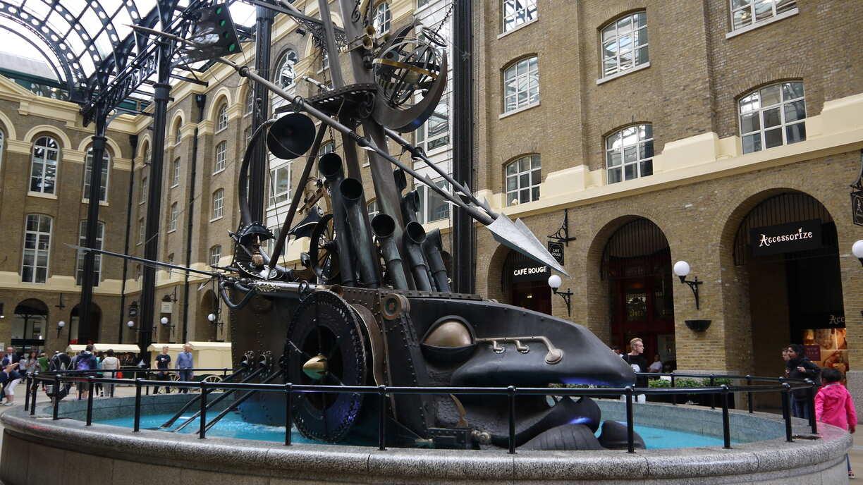 Sculpture dans la Hays Galleria avec un bâteau Steampunk