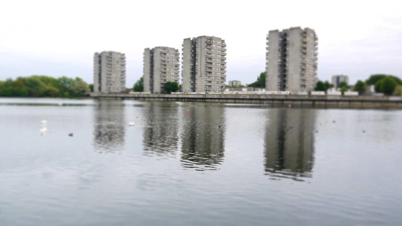 Immeubles autour du lac Southmere que l'on voit dans Misfits