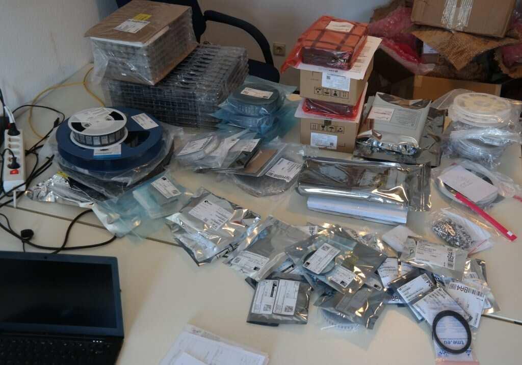 photographie d'une table jonché de sachets de composants électroniques