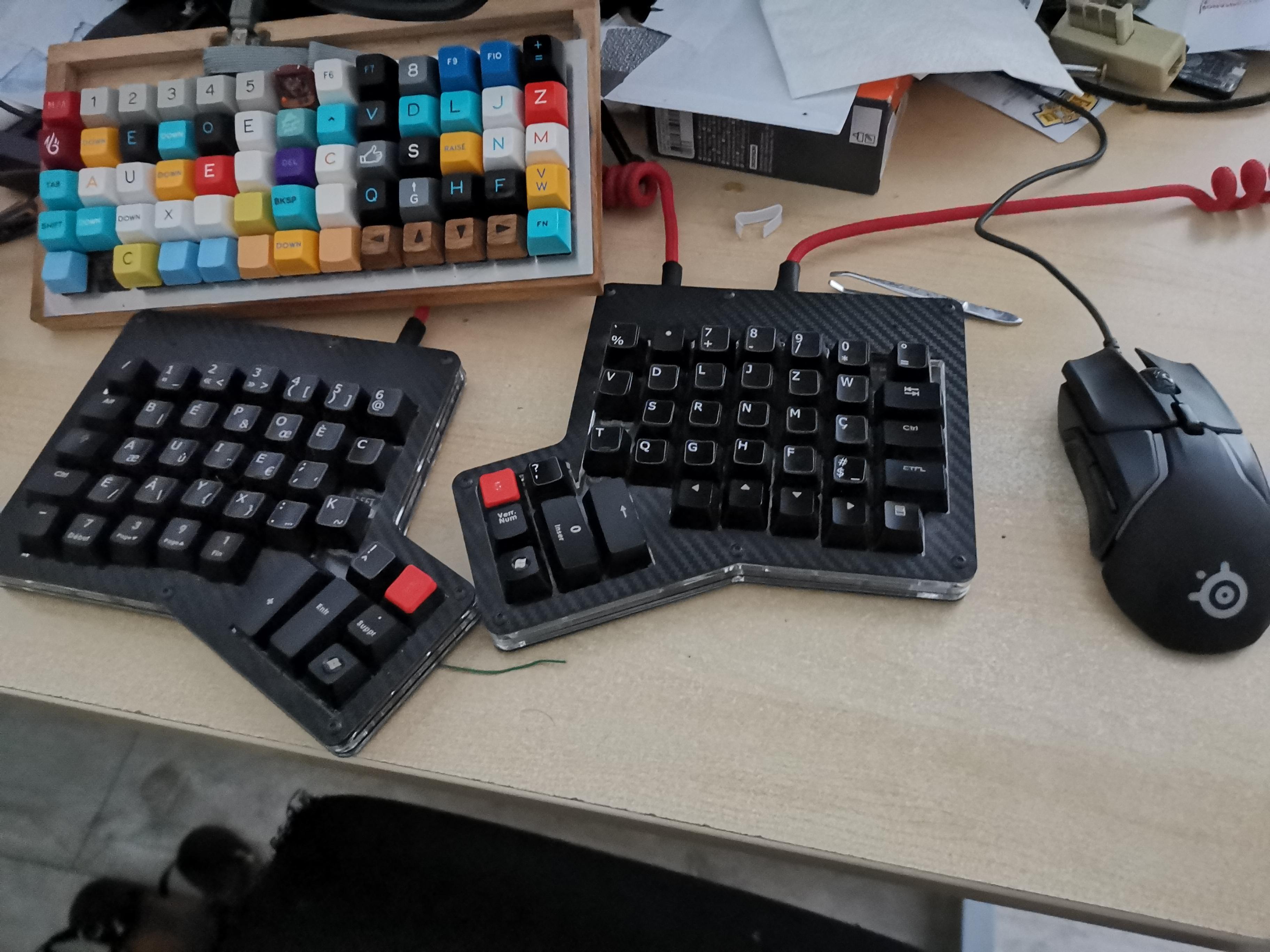 photo de l'engin avec l'ancien clavier dans le fond.