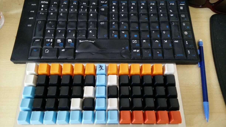 photo avec le clavier et aussi un typematrix 2030