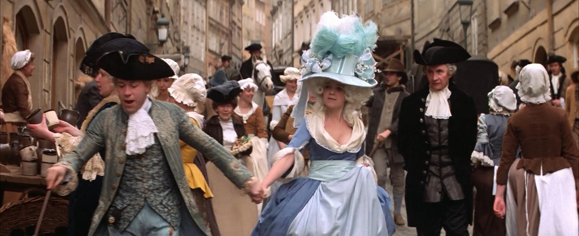 Constanze en robe bleue avec son chapeau immense se baladant dans la rue