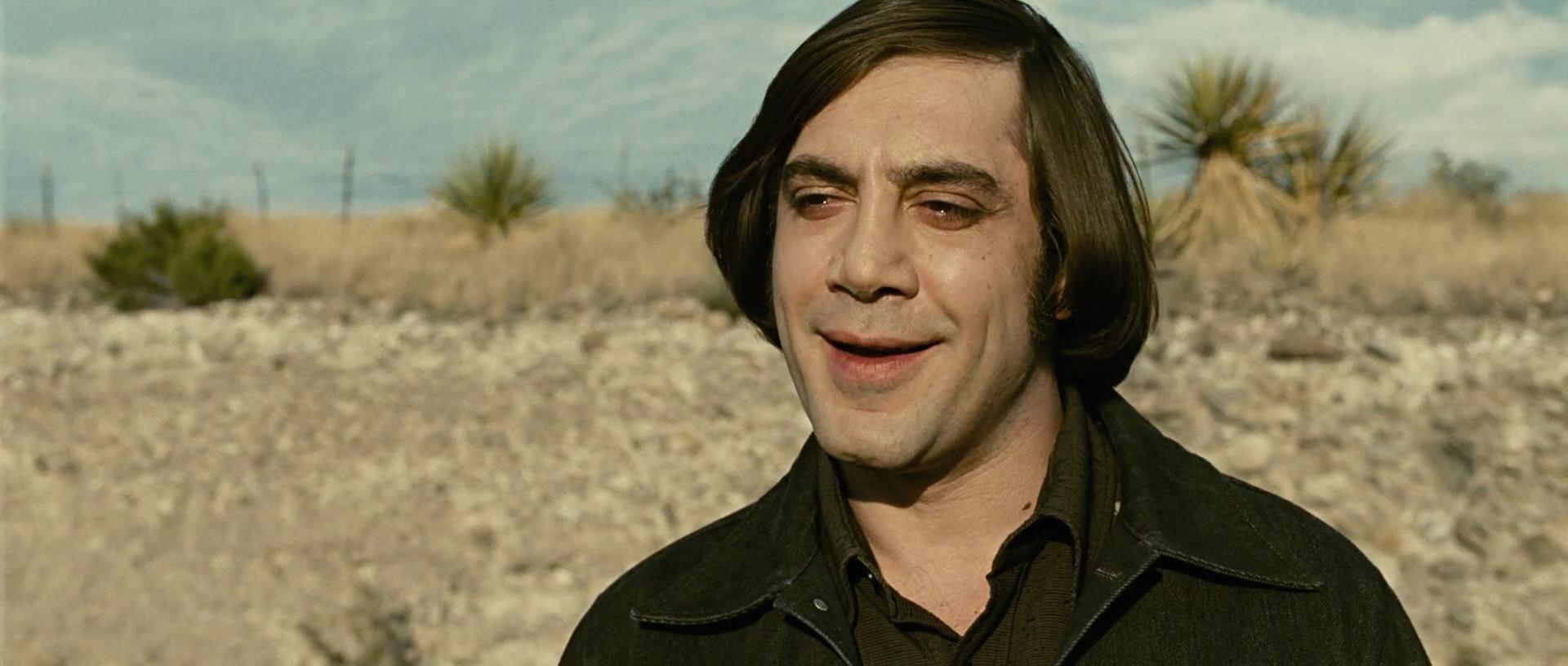 Javier Bardem avec une coupe de cheveux immonde et un sourire dérangeant