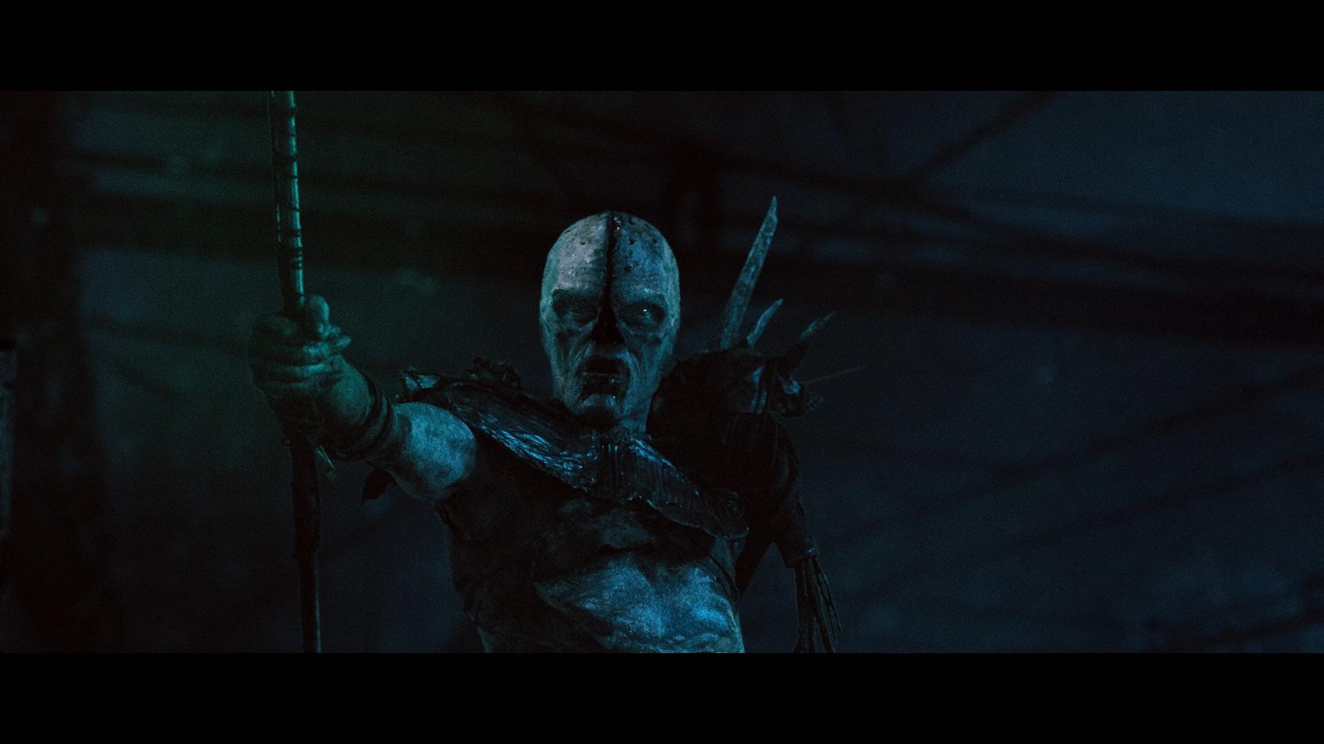 Photo du chef des monstres brandissant son bâton de combat