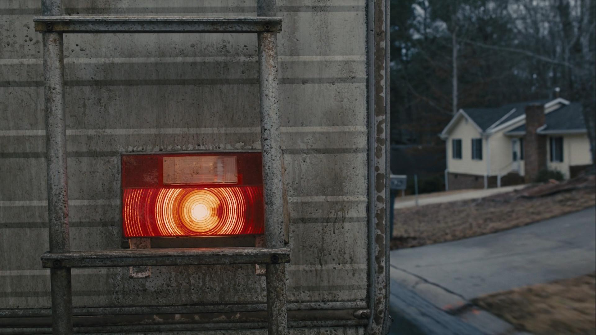 Photo extraite du film où l'on voit l'arrière d'un camping-car sale