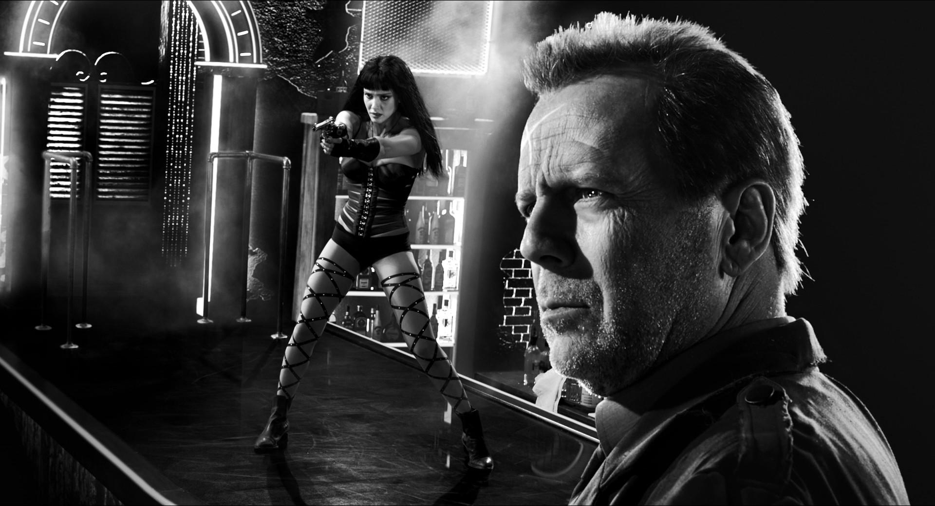 Au premier plan Bruce Willis est net au second plan Jessica Alba est aussi nette